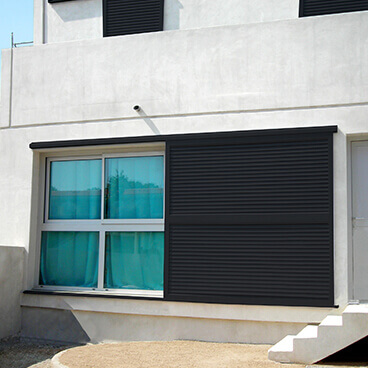 Volet coulissant en aluminium simple sur mesure (RAL8019) - Pergolas Bioclimatiques, Stores Bannes et Volets sur mesure