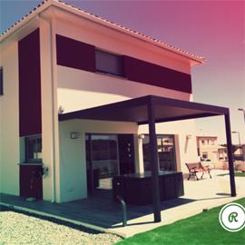Pergola bioclimatique adossée à une maison moderne