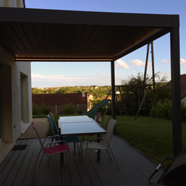 Pergola bioclimatique sur terrasse en bois