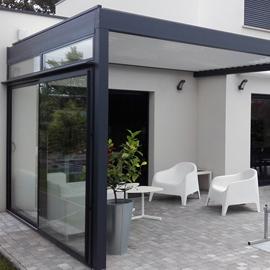 Une pergola surplombant une terrasse moderne